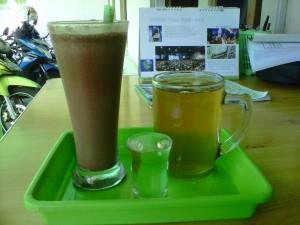 Ini 1 porsi Sarapan Sehat di Griya Sehat SATOE. Dari kiri ke kanan: Shake Dutch Chocolate, Aloe dan NRG Tea.